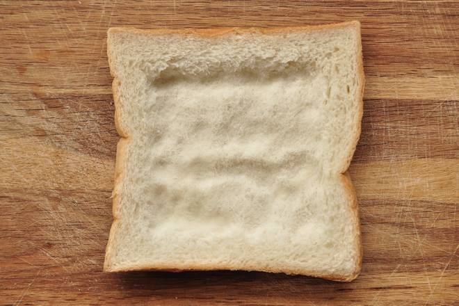 Home Cooking Recipe: The toast presses the middle part a little bit with a finger to form a small groove.