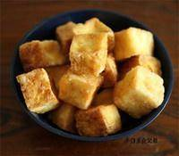 Home Cooking Recipe: The tofu is cut into cubes, the surface is photographed with dry starch, and fried in a pan until the surface is golden.