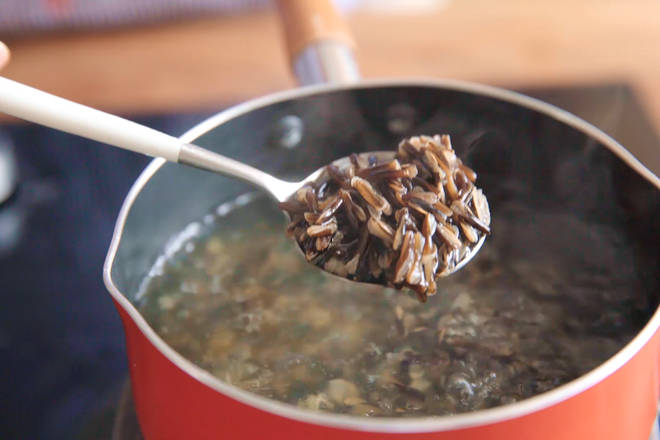 Home Cooking Recipe: The wild rice is placed in boiling water and boiled for 30 minutes until it is completely cracked.