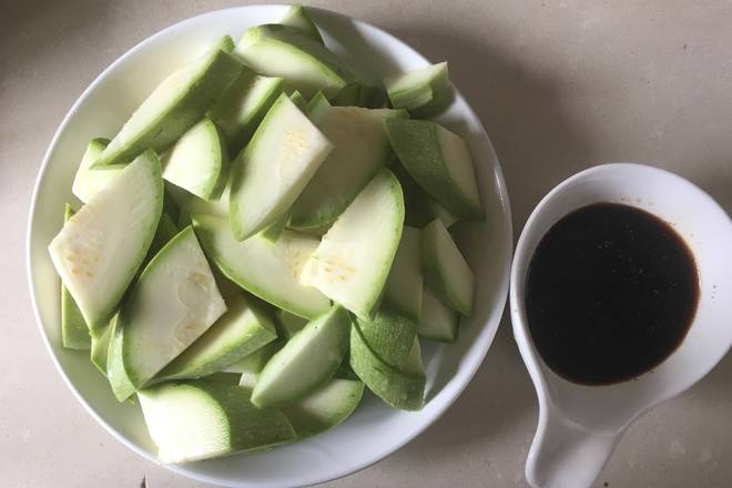 Home Cooking Recipe: The zucchini is washed and cut into a knife shape. Put soy sauce, soy sauce, sugar, vinegar, white pepper into a bowl, then add a little water and mix well.