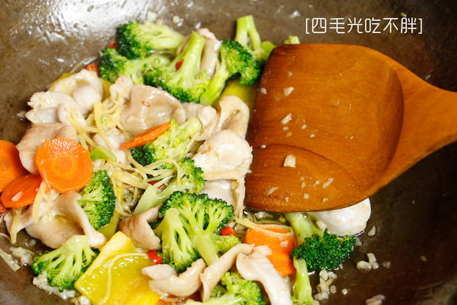 Home Cooking Recipe: Then add the fish belly and side dish and stir fry for two or three minutes.
