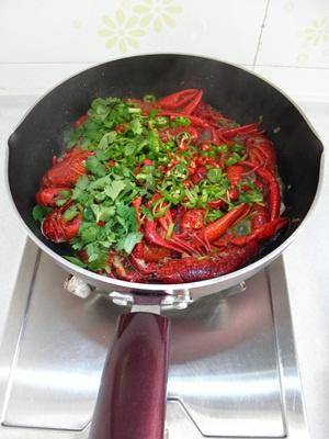 Home Cooking Recipe: Then add the remaining Thai pepper, green pepper and coriander.
