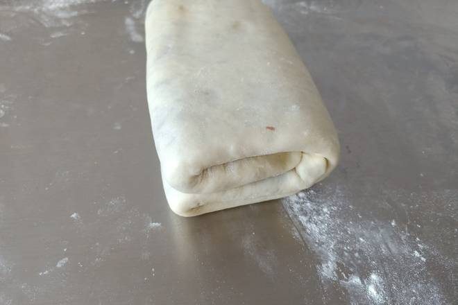 Home Cooking Recipe: Then fold the dough in half and put it in a fresh-keeping bag and let it freeze for 10 minutes.