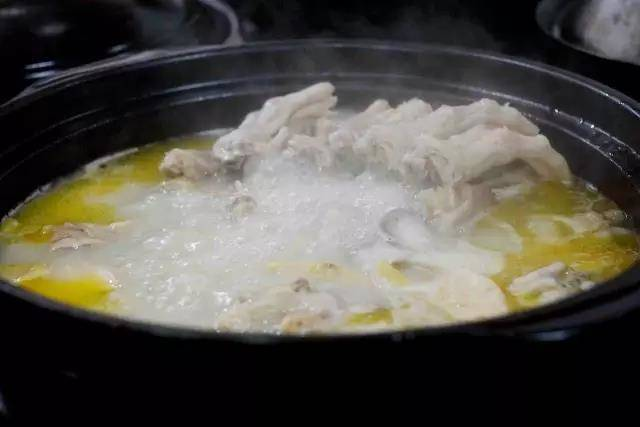 Home Cooking Recipe: Then it is cooked on fire. After the fire is boiled, turn it into the smallest fire and slowly simmer for more than three and a half hours. At this time, the water has become a pot of milky white soup.