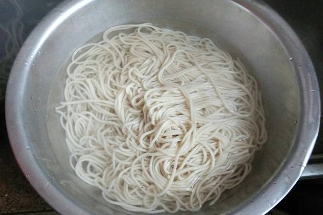 Home Cooking Recipe: Then the next (boiled) noodles, put the water in the pot, boil the fire, put the noodles, stir well with chopsticks, cover the lid, the noodles should be opened three times, that is, boiled three times, the noodles can be cooked,