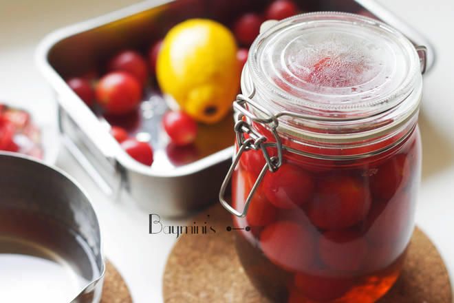Home Cooking Recipe: Then throw the peeled small tomato into the sealed bottle filled with sour plum juice. After it is completely cooled, put the whole bottle in the refrigerator.