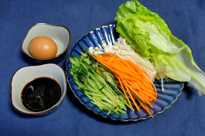 Home Cooking Recipe: This process washes carrots, cucumbers, enoki mushrooms, lettuce, cucumber and carrots, carrots and enoki mushrooms with hot water. Raw soy, very fresh, sesame oil, sugar, oyster sauce and mix thoroughly.