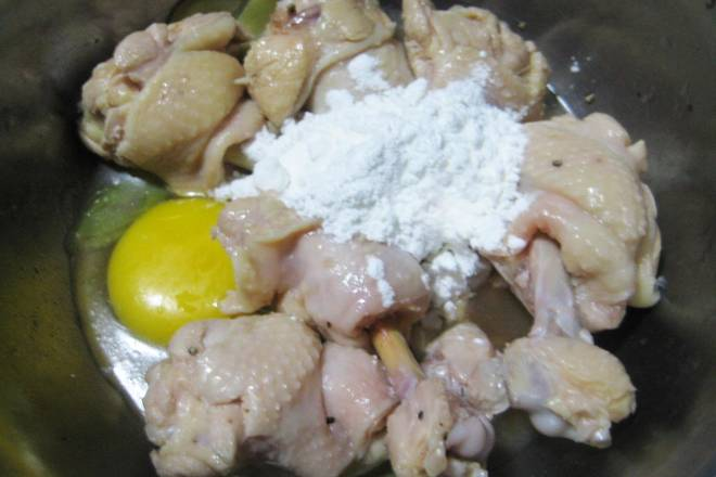 Home Cooking Recipe: Treated chicken wings and egg starch are evenly mixed