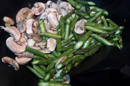 Home Cooking Recipe: Tricholoma with salt will stir up a lot of water, it does not matter, use water to pour the asparagus and continue to stir fry until the break. According to your personal taste, add salt and chicken seasoning, and cook.