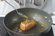 Home Cooking Recipe: Turn the salmon over and fry for about 2 minutes and 30 seconds, during which time the melted butter is poured over the salmon with a spoon. The side of the salmon can also be slightly fried until it is slightly colored.