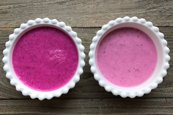 Home Cooking Recipe: Use a broken machine to mix the yogurt, banana and dragon fruit. In the left bowl, there are half bananas and more dragon fruit, so the color is deep. In the right bowl, there are half bananas and less dragon fruit, which is light in color.