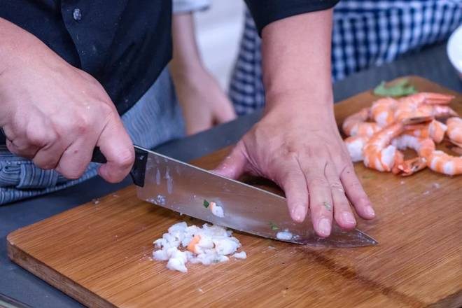 Home Cooking Recipe: Use a knife to cut the shrimp back to the head, and cut the cut shrimp into the sauce bowl and mix well.