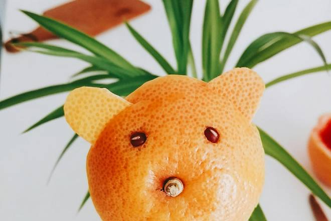 Home Cooking Recipe: Use a knife to draw a small opening at the edge, insert the repaired ear, poke a hole with the tip of the knife, and embed the red bean. The head of the bear is ready.