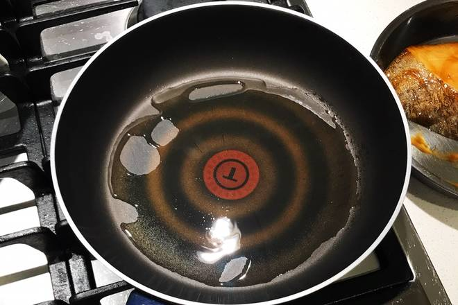 Home Cooking Recipe: Use a small horsepower gas stove, open a large horsepower fire, hot pot and pour oil. I like to use the T-fal pot to fry and fry some easy-to-stick dishes. The non-stick effect is very good, and there is a hot pot prompt in the middle red part.