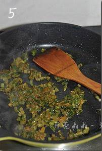 Home Cooking Recipe: Use the remaining oil in the pot to stir the snow vegetables for about one minute.