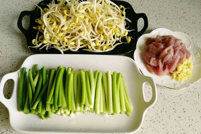 Home Cooking Recipe: Using steamed noodles to wash vegetables and cut meat, in fact, the use of pork belly is the most fragrant, but the old is just losing weight, so it is replaced with tenderloin.