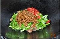 Home Cooking Recipe: Wait until the water is almost dry, add the shredded pork and green chili peppers to stir fry.