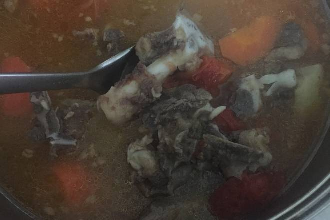 Home Cooking Recipe: Want to remove the taste of the beef bones, first of all, the bovine bones should be drowned and then the cold water will be washed away. After removing the water, heat the pot and fry in the pot until the water is dry.