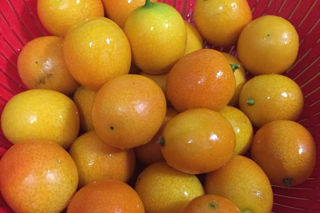 Home Cooking Recipe: Wash fresh kumquats and soak them in salt water for 30 minutes.