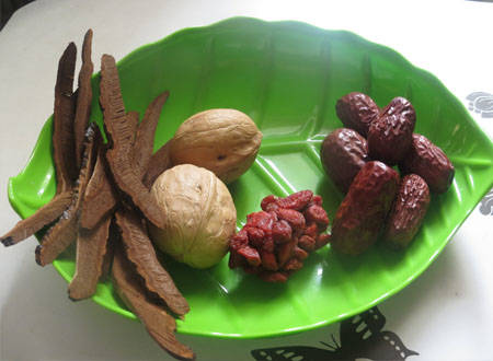 Home Cooking Recipe: Wash the 祁达堂紫灵芝片, wash the jujube, and open the walnut.