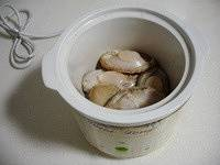 Home Cooking Recipe: Wash the abalone and put it in an electric cooker.