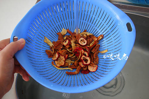 Home Cooking Recipe: Wash the apricot skin, hawthorn, dried tangerine peel and licorice tablets with water and control the water.