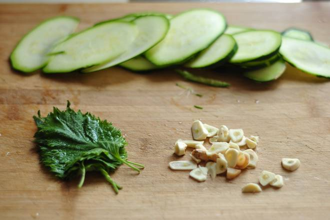 Home Cooking Recipe: Wash the basil, remove the water, slice the cucumber, and chop the garlic.