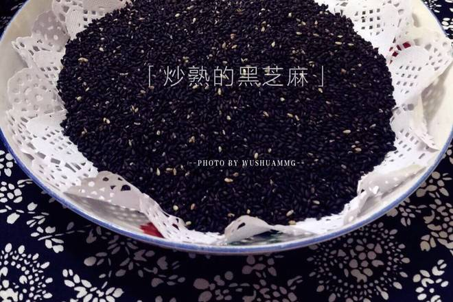 Home Cooking Recipe: Wash the black sesame seeds clean, stir-fry, or buy the fried black sesame seeds directly.