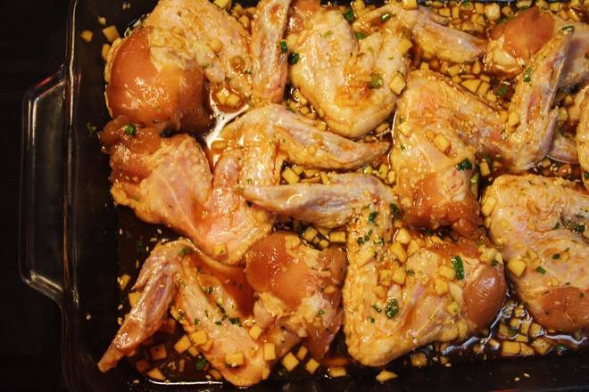 Home Cooking Recipe: Wash the chicken wings and dry them. Stir the marinade and store in the refrigerator for 4 hours until overnight.