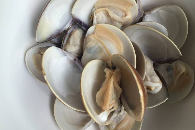 Home Cooking Recipe: Wash the clams, put them in clean water, boil them, and open them one by one, otherwise the meat will become old.