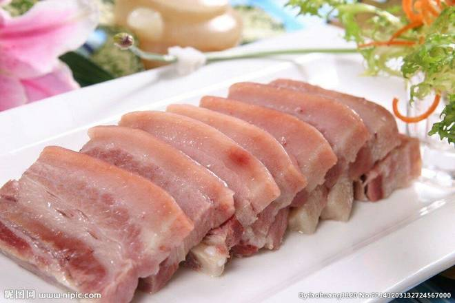Home Cooking Recipe: Wash the diced pork and cut into pieces; wash the salted pork leg meat into pieces; remove the blood sputum in a cold water pot for 1 minute.