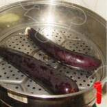Home Cooking Recipe: Wash the eggplant, put it in a steamer, steam for 10 minutes, turn off the heat, cool