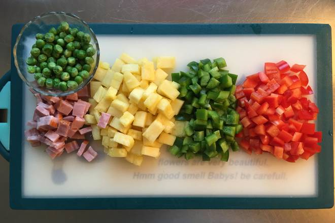 Home Cooking Recipe: Wash the green beans for use. Chopped green onion, bacon, pineapple and green pepper