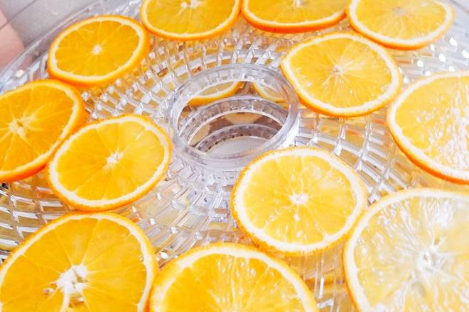 Home Cooking Recipe: Wash the oranges, slice them evenly in the dish