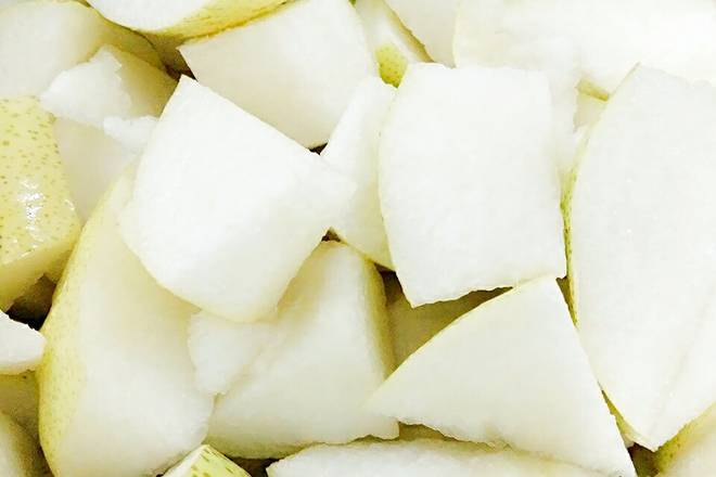 Home Cooking Recipe: Wash the pears and cut into pieces