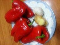Home Cooking Recipe: Wash the peppers, ginger and garlic are ready.