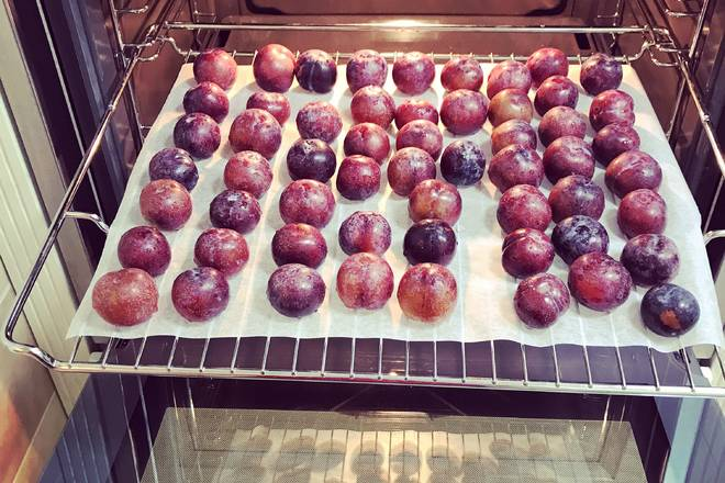 Home Cooking Recipe: Wash the plums, I use the flour to wash, you can easily wash off most of the fruit powder, then wipe the water, put it on the baking sheet of the baking paper, put it into the upper layer of the oven.
