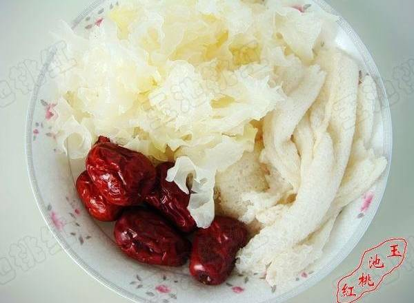 Home Cooking Recipe: Wash the red dates, wash the bamboo buds and white fungus, and use the light salt water to make the bamboo buds. Cutting the cap of the bamboo stalk, that is, the closed end, can also effectively remove some of the strange smell.