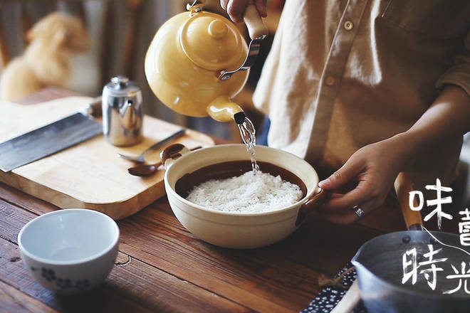 Home Cooking Recipe: Wash the rice into a casserole, pour water, and the ratio of rice to water is 1:1.5, soak for one hour.