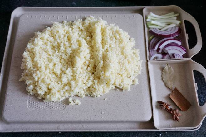 Home Cooking Recipe: Wash the scallion with white onion. Cut the purple onion into a silk. Star anise. Cinnamon. The fragrant leaves are ready. Garlic chopped. It is recommended to manually mash. It will taste a lot better. I am lazy. I will not accept the suggestion. I am using a cooking machine. Broken..(˶ ̅᷄ −̫ ̅᷅˵)