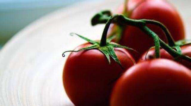 Home Cooking Recipe: Wash the tomatoes clean, soak in boiling water for 10 minutes, peel and cut into pieces!