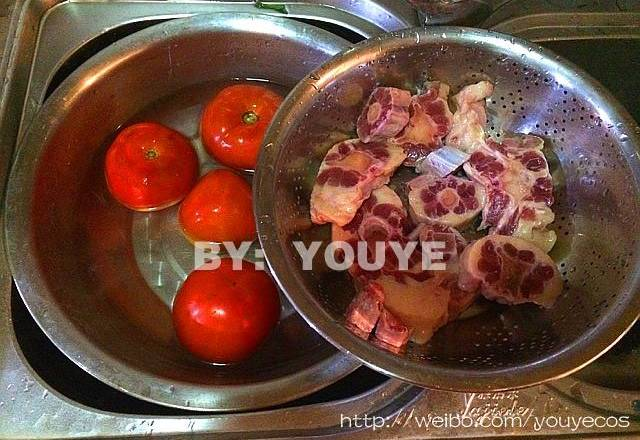 Home Cooking Recipe: Wash tomatoes and oxtails, drain the oxtail!