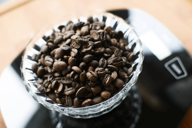 Home Cooking Recipe: Weigh 100g of coffee beans.