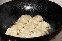 Home Cooking Recipe: When I heard the sound of the sizzling sound in the pot, it means that the oil in the pot is already hot. It feels like pouring the juice into the dumplings. The amount of juice is probably just enough to make a bottom, don't have dumplings. Then cover the lid 焖