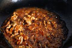 Home Cooking Recipe: When the color of the sugar slowly turns from transparent to reddish, pour the walnut quickly.rStir-fry a few times, let the walnuts get the sugar color to get out of the pot.