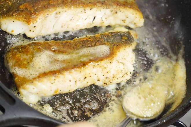 Home Cooking Recipe: When the fish fillet is basically cooked, turn to a small fire and melt the butter.