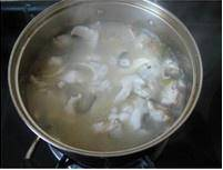 Home Cooking Recipe: When the fish soup turns white, put in the fillets, carefully disperse and season with salt.