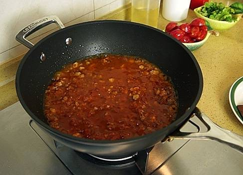 Home Cooking Recipe: When the meat is fried until 7 is ripe, pour in the homemade tomato sauce and half a cup of water to cook the soup to a slightly thick, naturally seasoned with salt and black pepper for each person's taste.