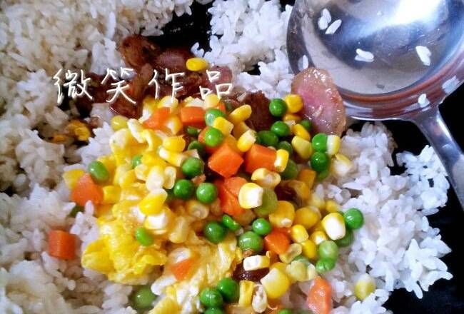 Home Cooking Recipe: When the rice is fried, add sausage, egg, vegetables, a little salt, chicken essence. Start to stir fry for a while, it is best to stir the pan until the rice is crystal clear and the particles are distinct.