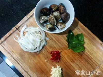 Home Cooking Recipe: While cooking the noodles, treat other ingredients: onion cuts (not necessary), garlic, chili, simmer, and the nine-story tower can be washed;